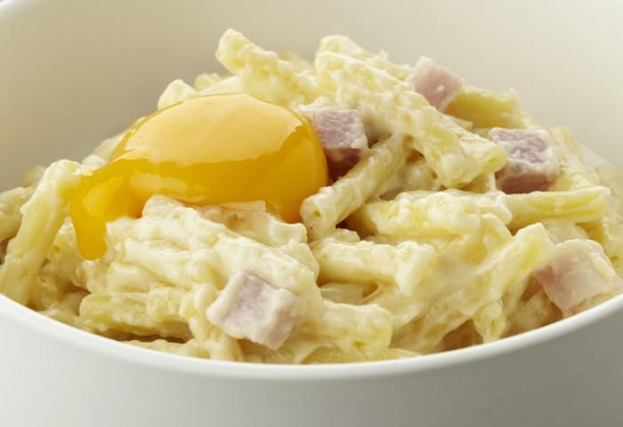Macaroni met ham en kaassaus